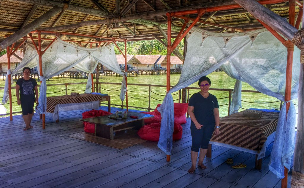 The masseuses from our Papua Explorers spa will turn your Raja Ampat holidays into a little retreat