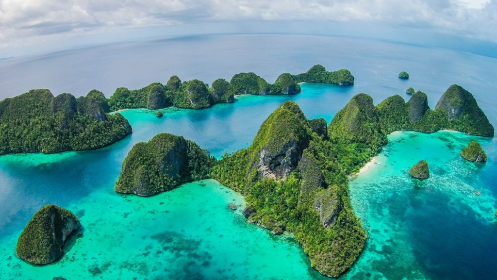 the wayag island day trip is a great Raja Ampat adventure that you can do with Papua Explorers